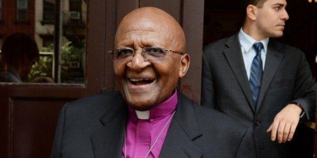 Desmond Tutu reçoit un pingouin en guise de cadeau d'anniversaire pour ses 82