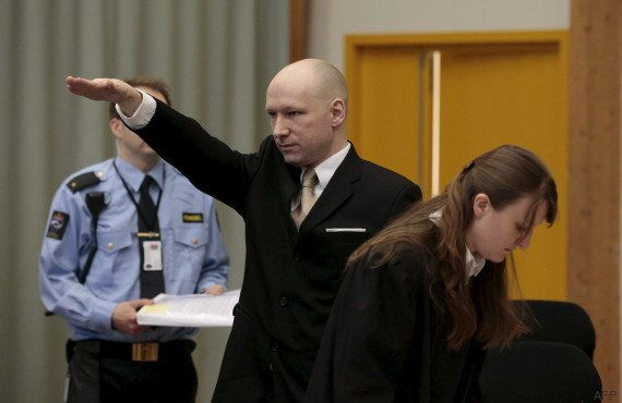 Anders Breivik arrive à son procès contre l'État en faisant un salut nazi et le crâne