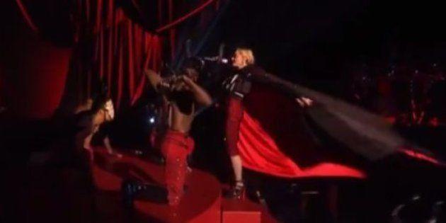 VIDÉO. Madonna chute à cause de son costume sur la scène des Brit