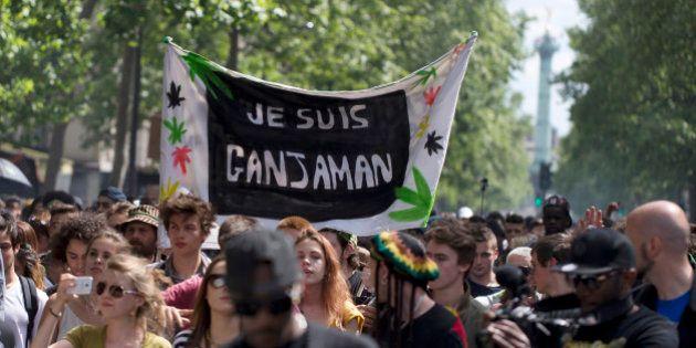 Paris: un joint aux lèvres, des manifestants réclament la dépénalisation du