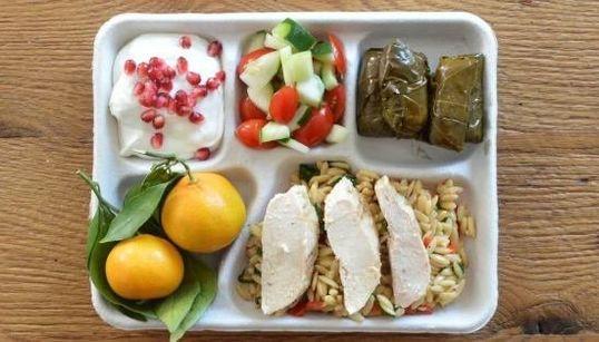 Des plateaux-repas d'écoliers à travers le