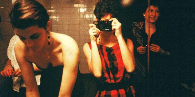 PHOTOS. Dans les toilettes publiques pour femmes du monde entier, avec la photographe Maxi