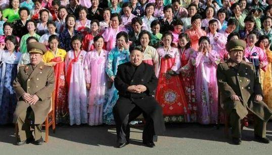 Kim Jong-un entouré par des centaines de femmes en