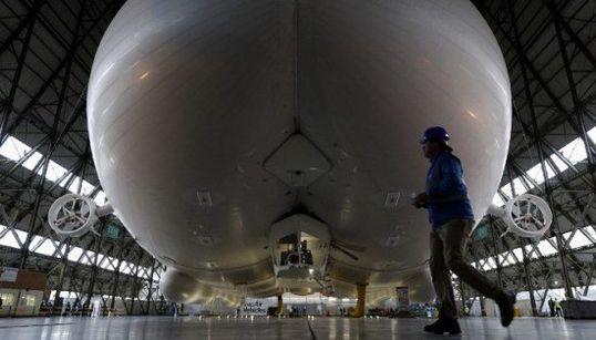 Présentation du dirigeable Airlander 10, plus gros aéronef au