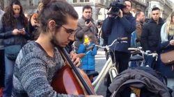 Un inconnu joue du violoncelle place de la Bourse à