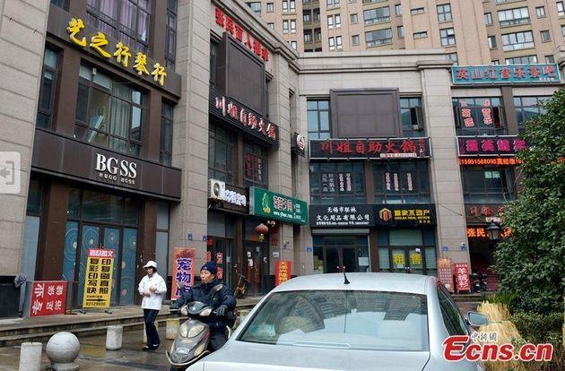 PHOTOS. Faux magasins en Chine : la rue commerçante de Wuxi détourne de célèbres