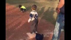 Cet enfant découvre le baseball et il semble vraiment