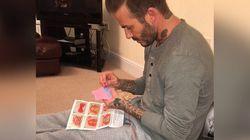 PHOTO. David Beckham, ce papa parfait qui coud pour les poupées de sa fille