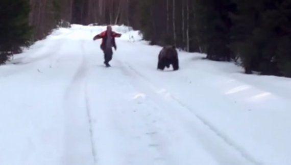 VIDÉO. Il fait fuir un ours en lui hurlant