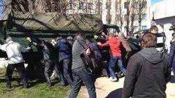 Des pro-russes attaquent une base ukrainienne en