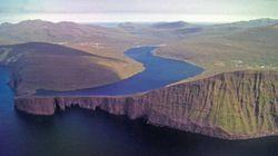 Un lac des Iles Féroé perché au-dessus de l'océan