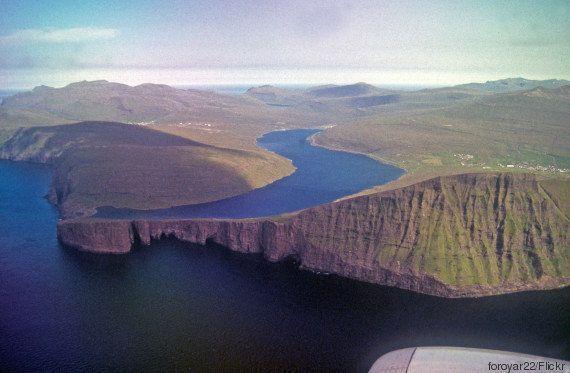 PHOTOS. Ce lac des Iles Féroé semble perché au-dessus de l'océan grâce à une illusion