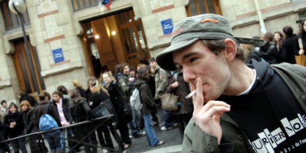 Concilier état d'urgence et droit de fumer, un casse-tête pour les lycées qui peut leur valoir une
