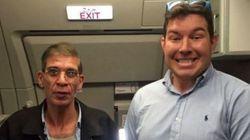 Tranquille, il se fait prendre en photo avec le preneur d'otages du vol