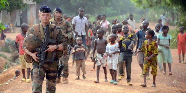 Centrafrique : insultes ou baisers pour les patrouilles de soldats français de Sangaris à