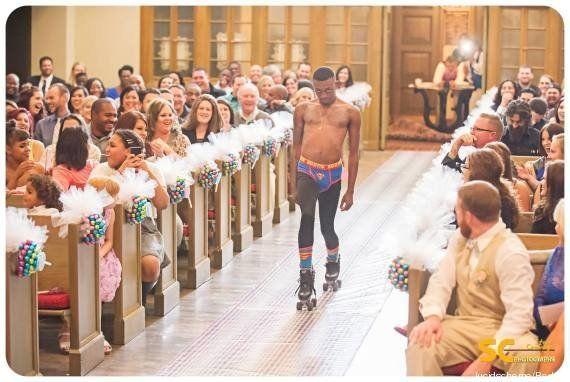 Ce porteur de bagues a fait sensation au mariage et sur