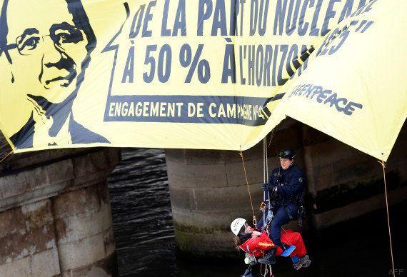 PHOTOS. Nucléaire: Greenpeace déploie des banderoles près de l'Assemblée pour rappeler à Hollande sa