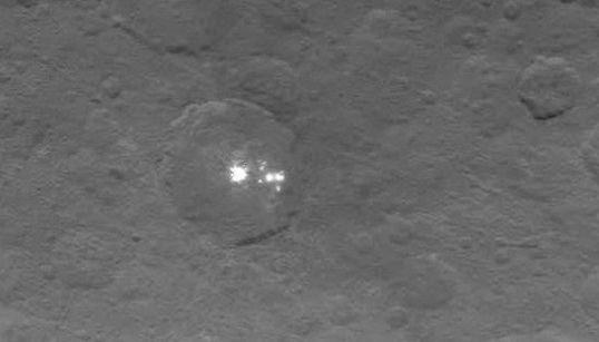 Cette photo est la plus nette des mystérieux points lumineux de la planète naine