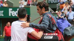 Roger Federer mécontent après l'intrusion d'un supporteur sur le