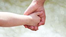 Une femme autorisée à adopter les enfants de sa conjointe, une