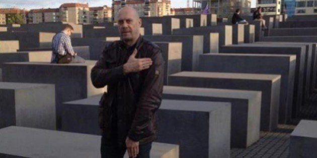 Alain Soral jugé pour une quenelle devant le Mémorial de l'Holocauste: un épisode parmi