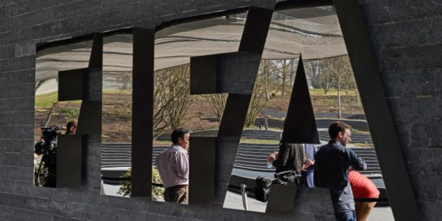 FIFA: plusieurs hauts responsables de la Fédération arrêtés en Suisse pour corruption à la demande des