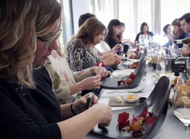Un restaurant israélien a conçu des assiettes pour y installer son smartphone et photographier son