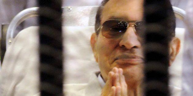 La justice égyptienne ordonne la libération de Hosni Moubarak, mais il reste