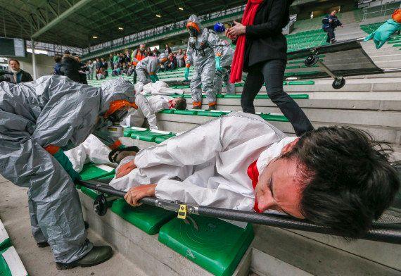 PHOTOS. Une attaque chimique simulée au stade de Saint-Etienne avant l'Euro