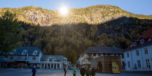 PHOTOS. En manque de lumière, un village norvégien s'éclaire avec des miroirs