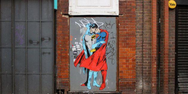 Superman vs Batman: Les deux super héros s'embrassent à New