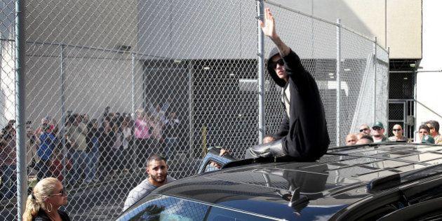 VIDÉO. Justin Bieber salue ses fans à sa sortie de