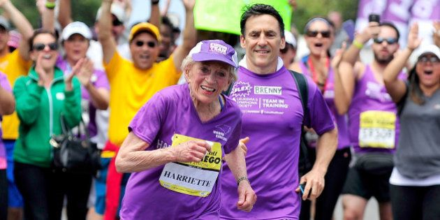 A 92 ans, elle termine un marathon et bat un nouveau