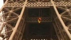 Un militant de Greenpeace se suspend dans une tente au 2e étage de la Tour