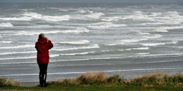 Tempête: 75.000 foyers ont été privés d'électricité en Bretagne et Normandie, un mort à