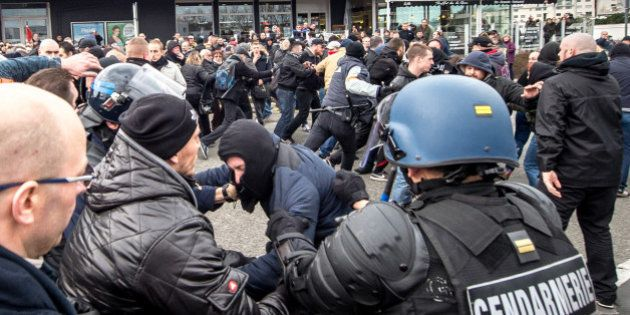PHOTOS. Échauffourées à Calais entre la police et des manifestants anti-réfugiés réunis à l'appel de