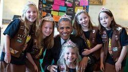 Barack Obama couronné par des petites filles