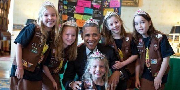 Barack Obama pose avec une couronne sur la tête pour les