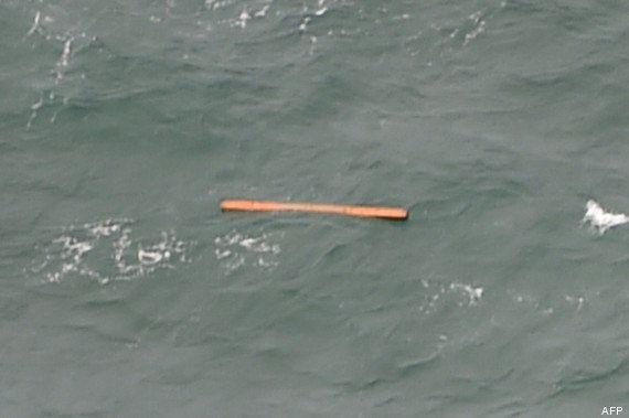 PHOTOS. AirAsia: 3 corps, une ombre et des débris de l'avion détectés en mer en