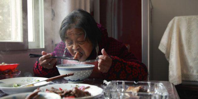 Manger seul favorise de mauvaises habitudes