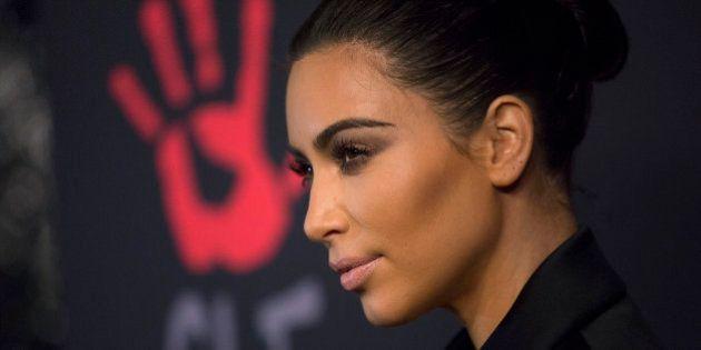 PHOTO. Kim Kardashian les sourcils décolorés pour Love