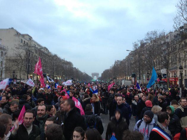 Sit-in pacifique sur les Champs-Élysées, j'y