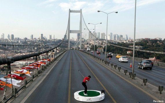 VIDÉO. Turquie: Tiger Woods tape des balles de golf entre l'Asie et l'Europe sur un pont