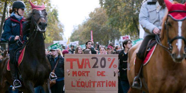 Hausse de la TVA dans l'équitation: des poneys, des chevaux et des cavaliers dans les rues de Paris pour