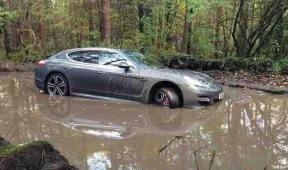 Angleterre: le joueur de Derby County Andre Wisdom abandonne sa Porsche dans la boue pour ne pas arriver...