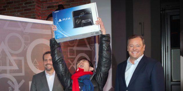 Sortie de la PS4: les férus de jeux vidéo s'arrachent les toutes premières consoles aux