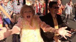 Betty White a adoré ce flash mob surprise pour ses 93