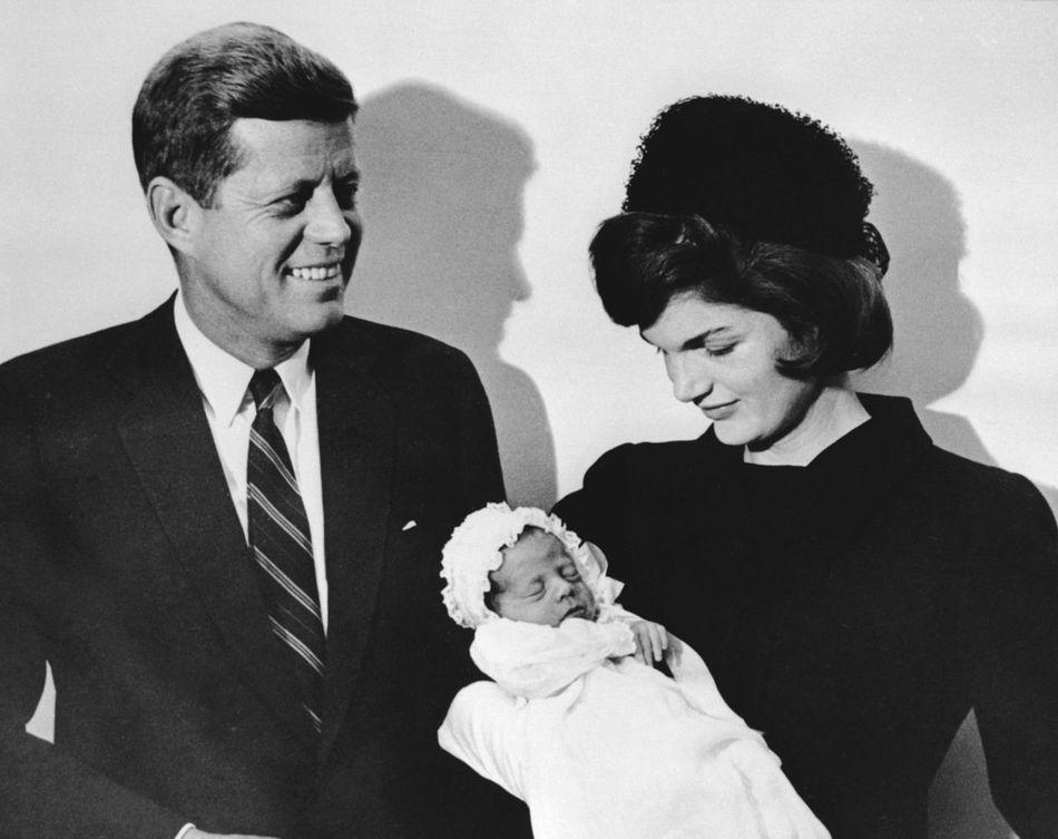 D'abord élu à Chambre des représentants puis sénateur, JFK sera élu président des Etats-Unis à 46 ans, âge faisant de lui le plus jeune président élu. Il sera assassiné le 22 novembre 1963. Au-delà du charisme de JFK, le mythe autour du président doit beaucoup à sa femme Jacqueline Bouvier, surnomée Jackie. Cette dernière est décédée en 1994.