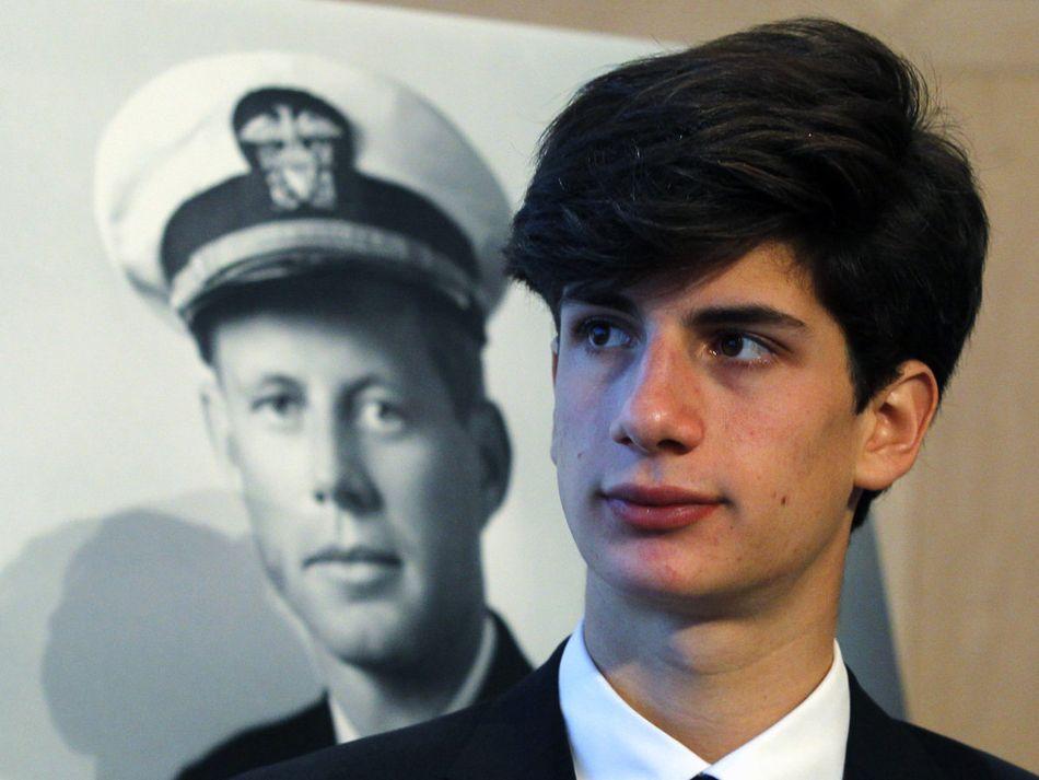 Fils de Caroline, John Bouvier Kennedy Schlossberg est l'unique petit-fils de JFK. Etudiant à Yale, il a déjà fait part de son intention de reprendre le flambeau familial en poursuivant une carrière politique.
