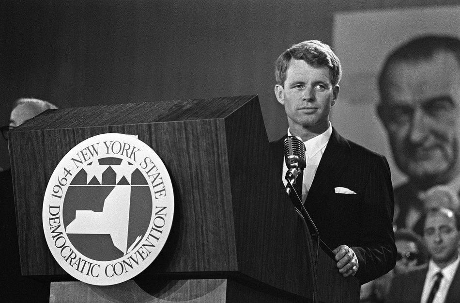 """Frère de JFK, Robert, surnommé """"Bob"""" fut ministre de la Justice sous sa présidence. En 1964, il devient sénateur de l'Etat de New York. Quatre ans plus tard, il aspire à prendre la Maison-Blanche. Mais, comme son frère, il sera assassiné par balles en 1968 alors qu'il venait de remporter la primaire dans l'Etat de Californie. Avec Ethel Skakel, sa femme, ils auront onze enfants."""